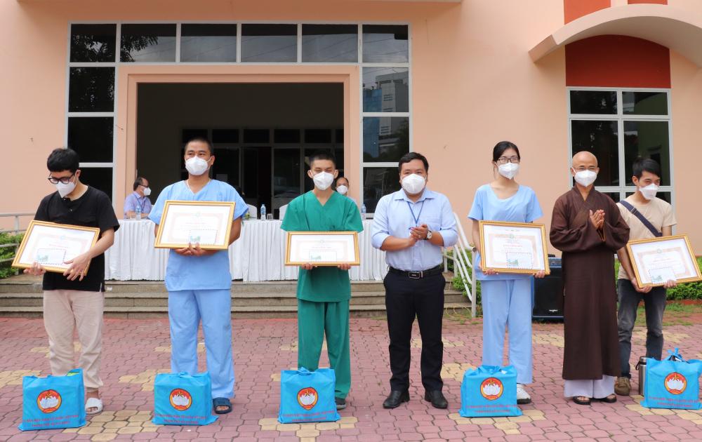Cũng nhân dịp này, Ủy ban MTTQ Việt Nam TP cũng đã trao giấy biểu dương và một số phần quà cho 102 tình nguyện viên hoàn thành nhiệm vụ; Ban Trị sự Giáo hội Phật giáo TP cũng trao bằng công đức và tặng các phần quà cho các tình nguyện viên là tu sĩ Phật giáo và Phật tử…