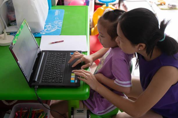 Con học online, bố mẹ khổ (Ảnh: minh hoạ)