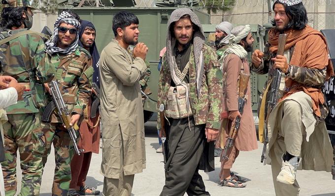 Lính Taliban tuần tra trên đường băng sân bay quốc tế Hamid Karzai ngày 31/8 sau khi quân Mỹ rút hết khỏi Afghanistan. Ảnh: Reuters.