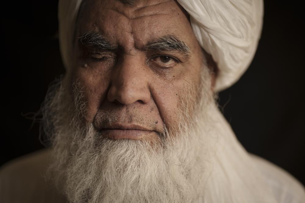 Thủ lĩnh Taliban Mullah Nooruddin Turabi chụp ảnh ở Kabul, Afghanistan, thứ Tư, ngày 22 tháng 9 năm 2021. Mullah Turabi, một trong những người sáng lập Taliban, nói rằng phong trào cứng rắn sẽ một lần nữa thực hiện các hình phạt như hành quyết và cắt cụt chân tay, mặc dù có lẽ không phải ở nơi công cộng. (Ảnh AP / Felipe Dana)
