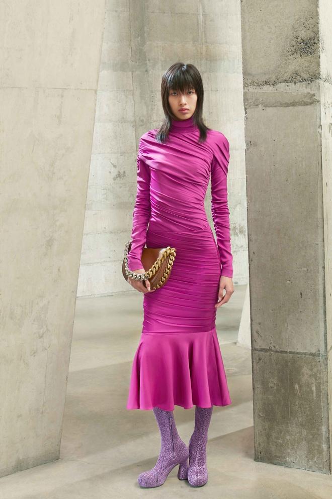 Hồi tháng 3, nữ người mẫu sinh năm 1999 được chọn trình diễn 4 mẫu thiết kế trong BST Thu Đông của nhà mốt trứ danh nước Anh Stella McCartney.