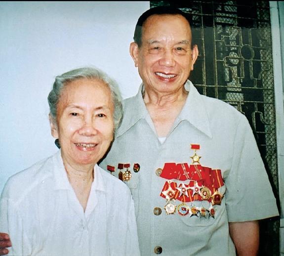 Bức ảnh chụp vợ chồng GS Từ Giấy vào năm 2000 (Ảnh gia đình cung cấp)