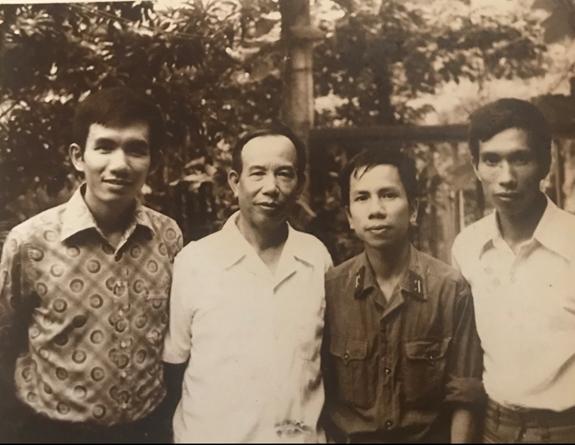Giáo sư, Bác sĩ Từ Giấy (thứ hai, từ trái sang) và 3 con trai chụp năm 1980. Ảnh: GĐCC