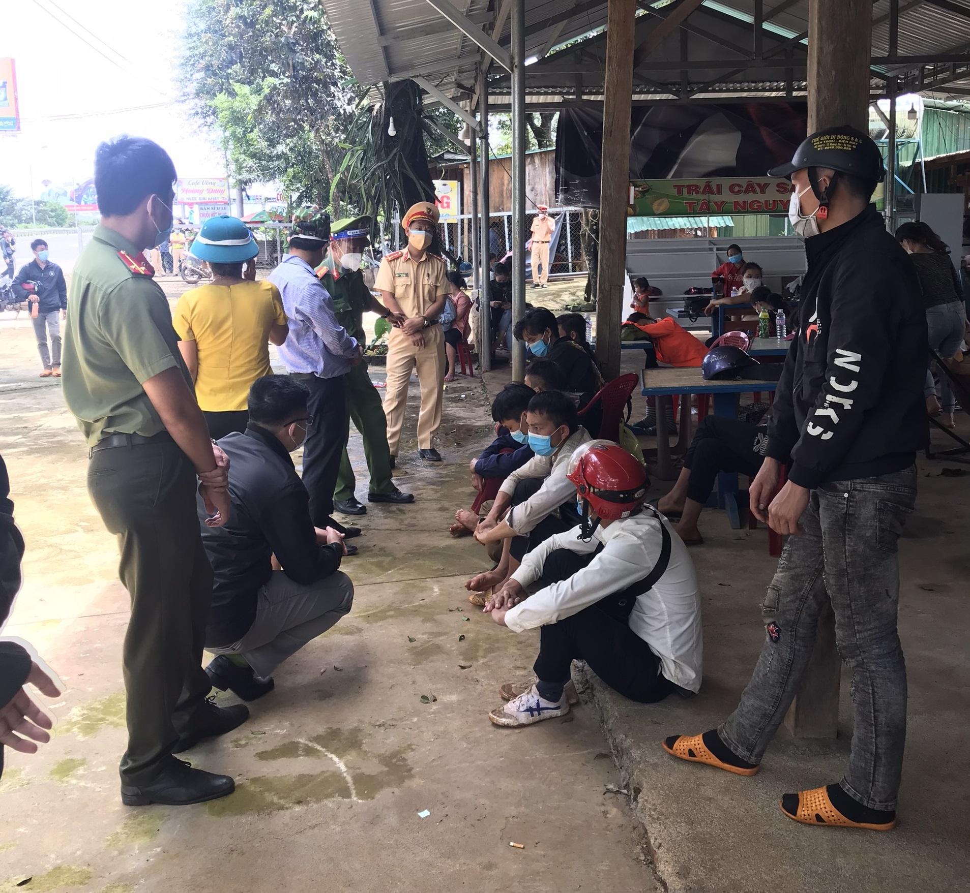 Các cơ quan chức năng huyện Đắk R'lấp thăm hỏi, động viên đoàn người đang tạm dừng ở Đắk Ru