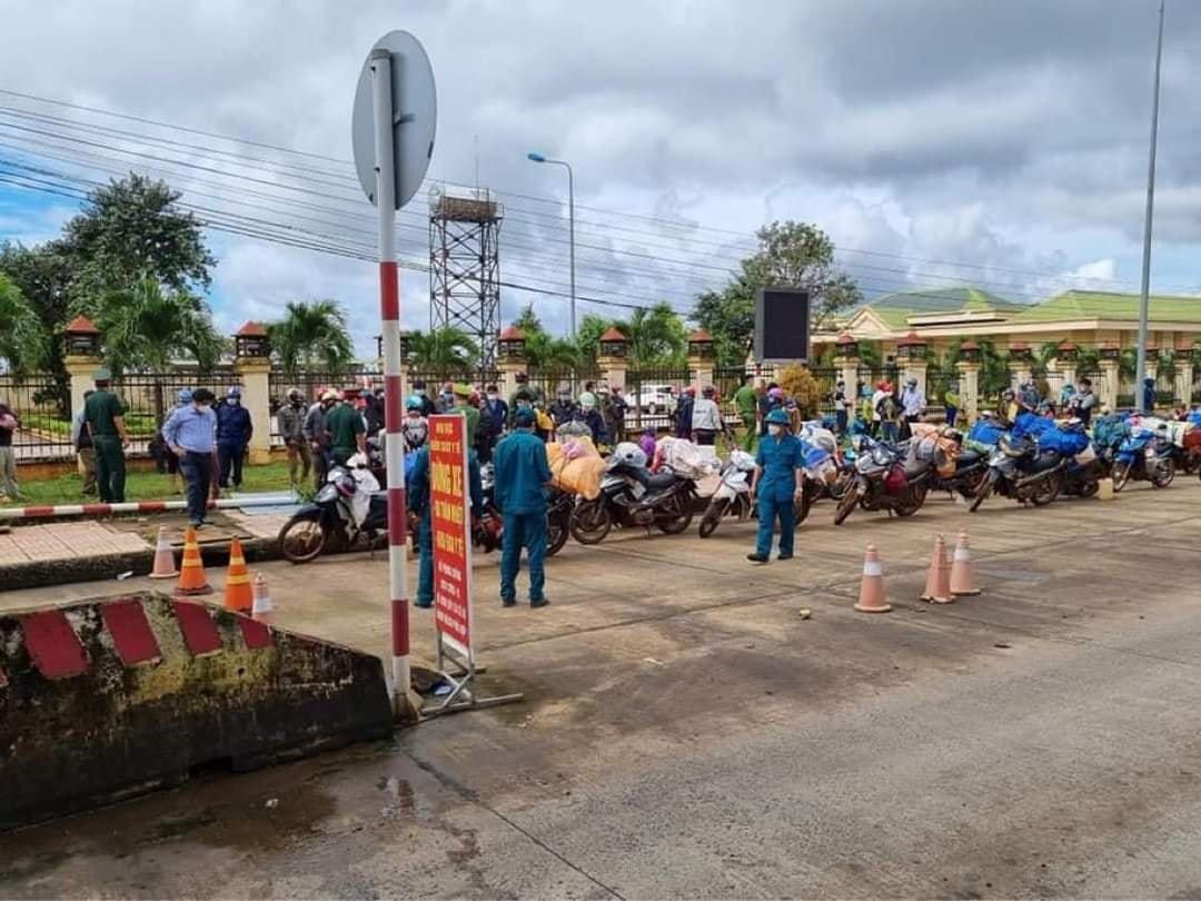 120 người dân chạy xe máy từ Bình Phước về Nghệ An đang tạm dừng ở Đắk Nông