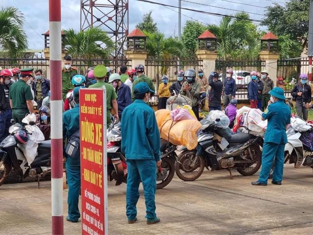 Lực lượng chức năng vận động người dân tạm dừng nghỉ ngơi tại chốt kiểm soát dịch Đắk Ru