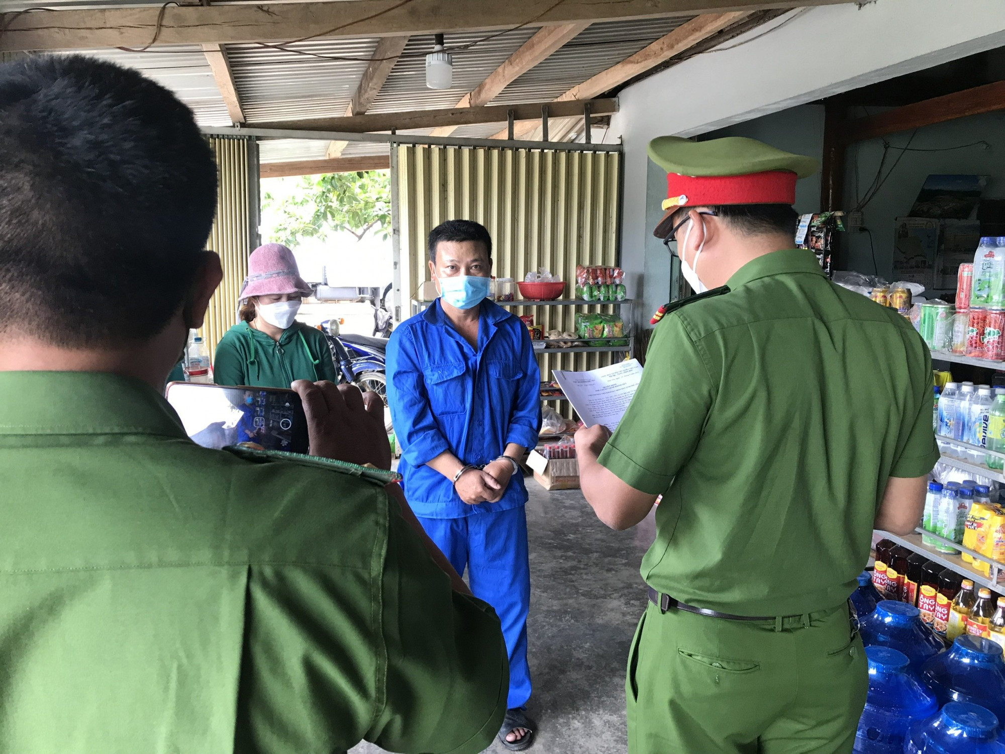 Công an tỉnh Phú Yên tống đạt quyết định khởi tố bị can, bắt tạm giam 2 bị can phá rừng phòng hộ