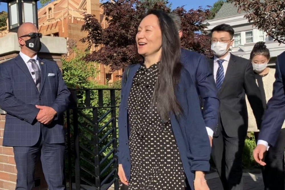 Giám đốc tài chính Huawei Mạnh Vãn Chu rời nhà riêng ở Vancouver ra sân bay về nước sáng 24/9 - Ảnh: SCMP/Ian Young