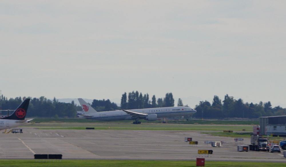 Một chiếc Air China 777 không theo lịch trình đã chở giám đốc điều hành Huawei Mạnh Vãn Chu về Trung Quốc chiều thứ Sáu - Ảnh: SCMP