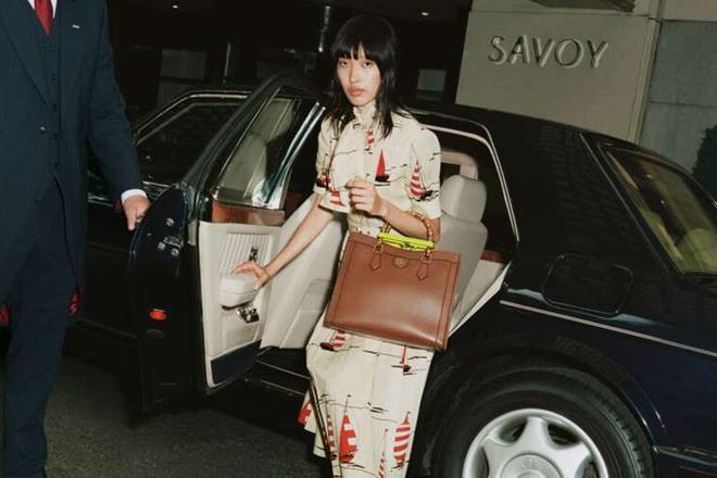 Không chỉ trình diễn, Phương Oanh còn tìm được nhiều cơ hội tốt ở mảng thương mại. Hồi tháng 7, nữ người mẫu xuất hiện trên website chính thức của Gucci để quảng bá cho dòng túi Gucci Diana