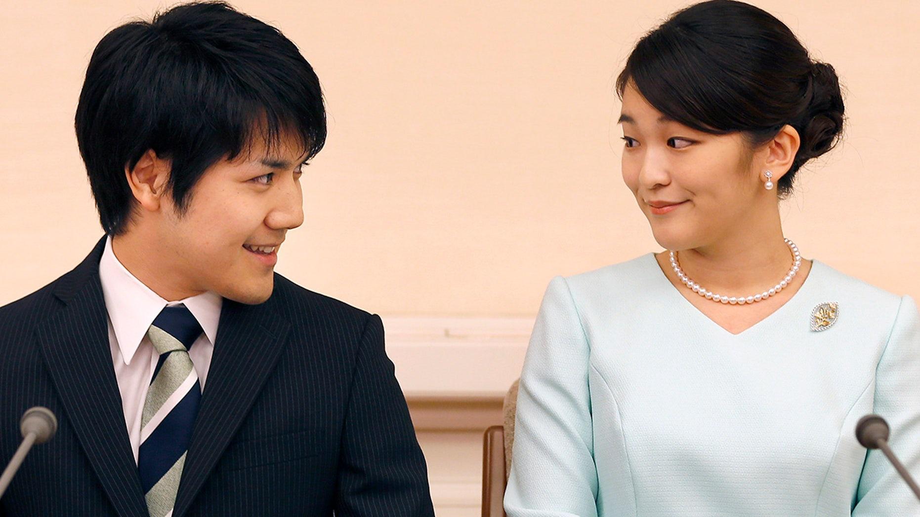 Công chúa Mako (phải) và vị hôn phu Kei Komuro vào năm 2017