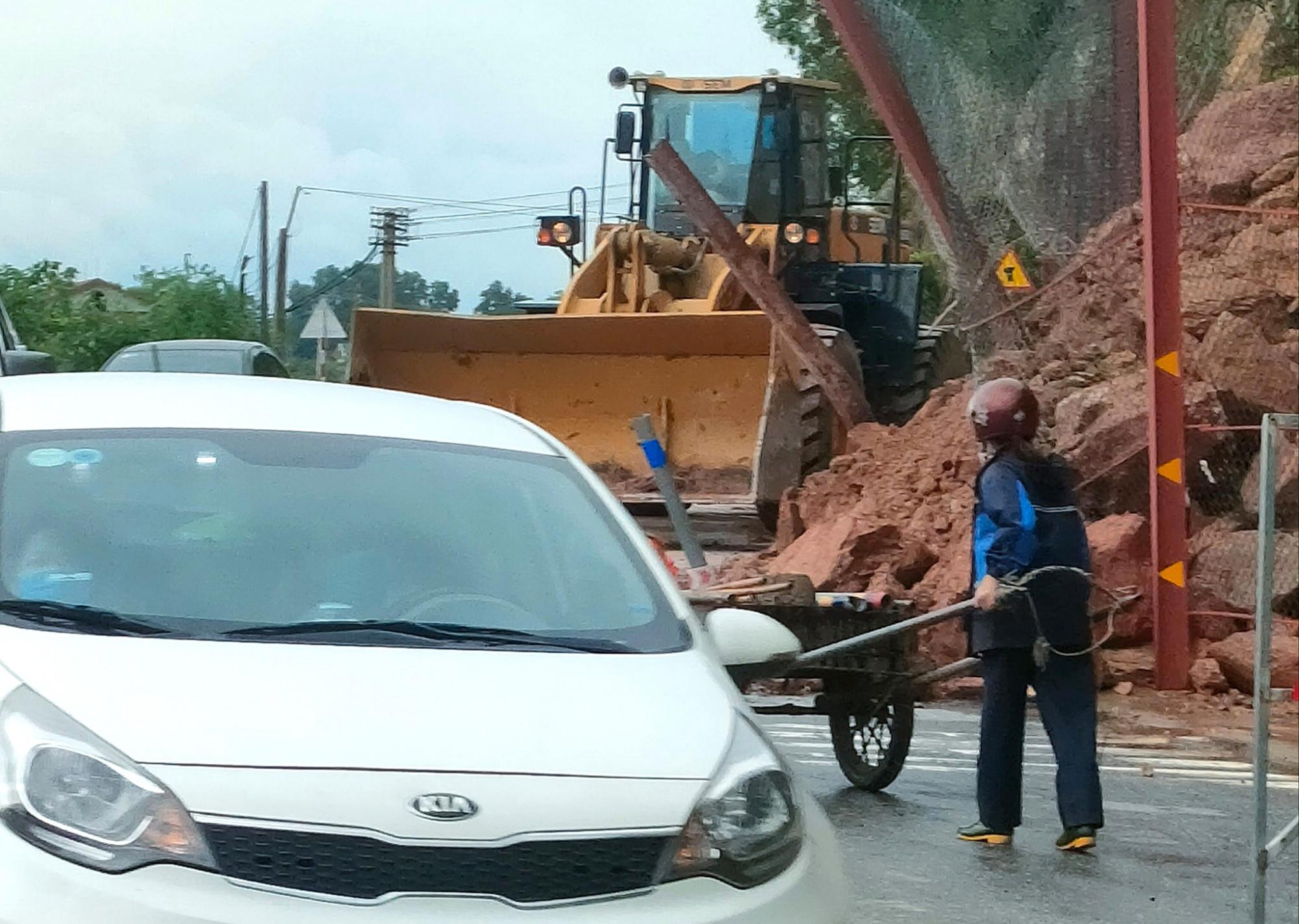 Mưa lớn làm sạt lở đất, tràn xuống quốc lộ 46
