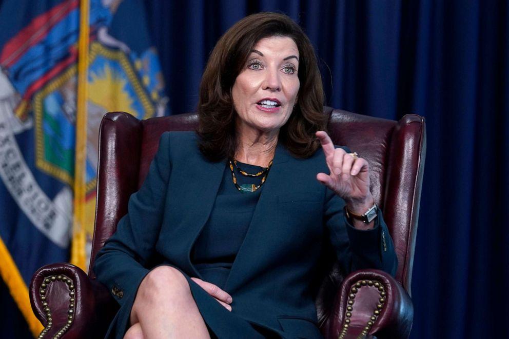 Thống đốc New York Kathy Hochul ban hành các biện pháp cứng rắn nhằm thúc đẩ tỷ lệ tiêm chủng đầy đủ.