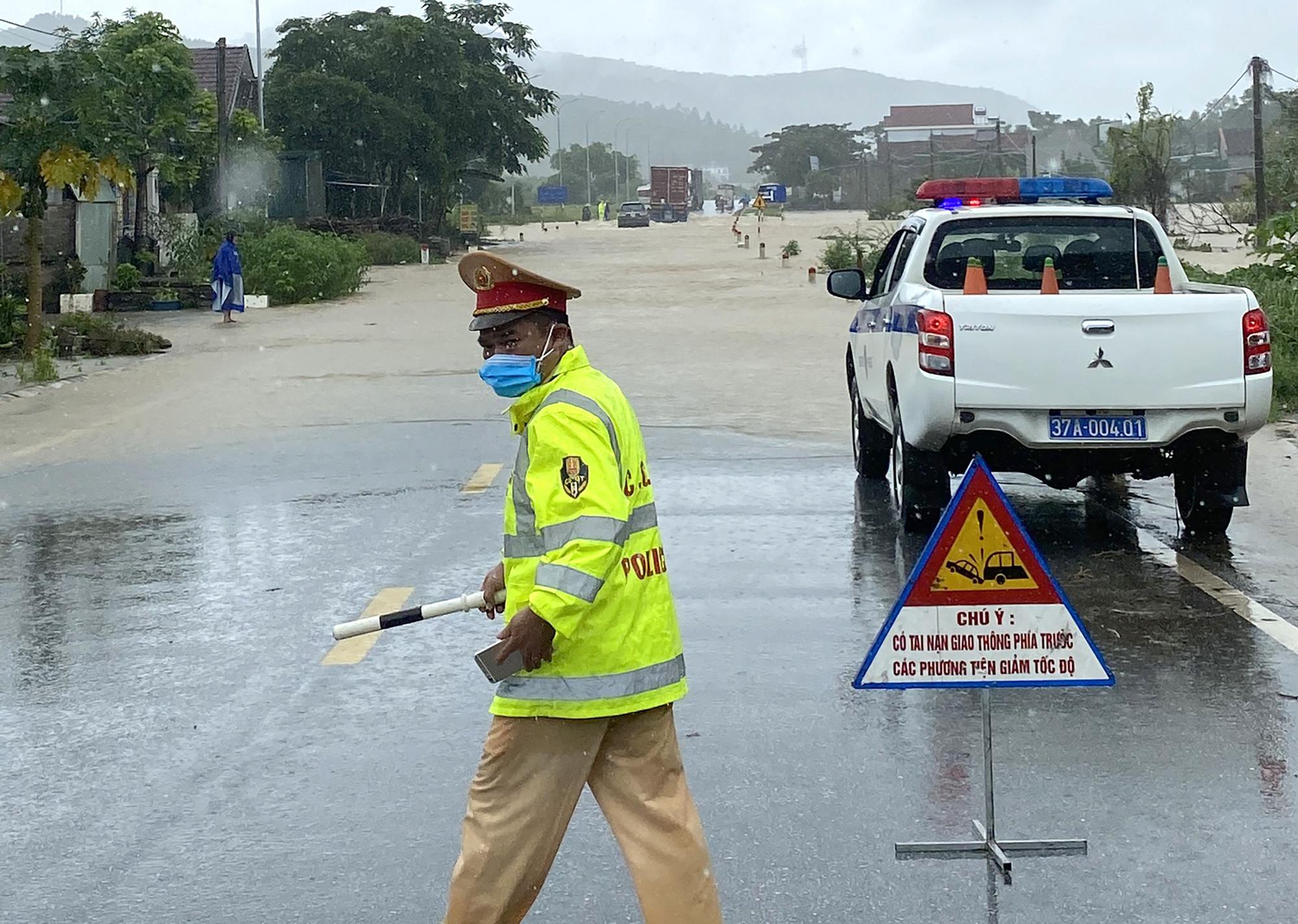 Xe máy bị cấm đi qua đoạn đường ngập