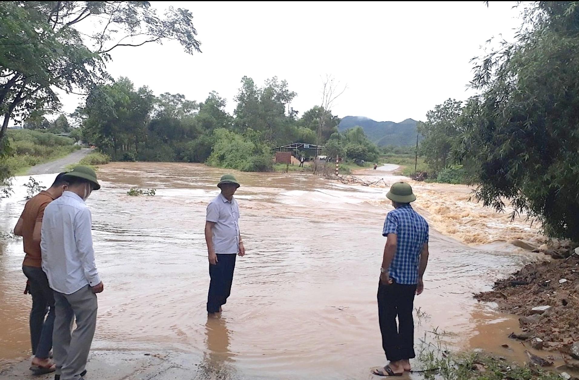 Nhiều tuyến đường ở miền núi Nghệ An bị ngập sâu, gây chia cắt