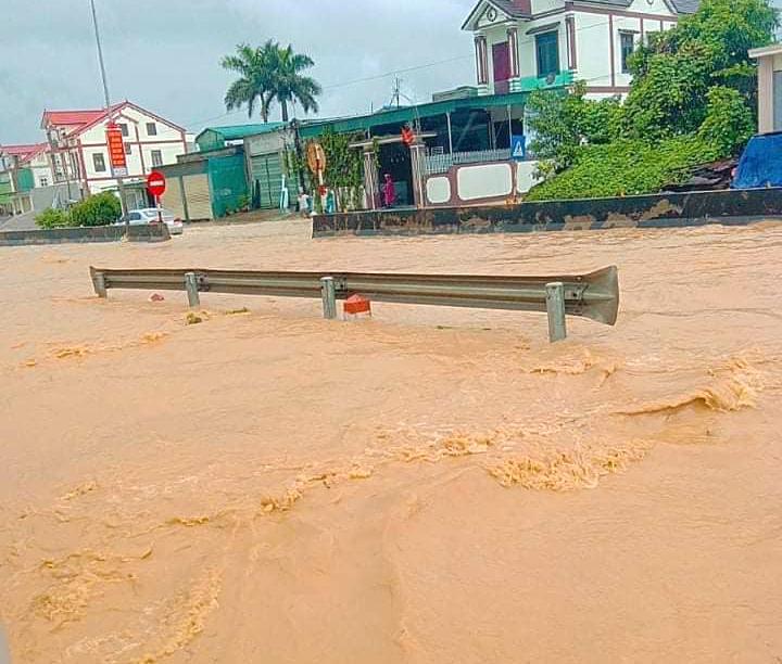 Nhiều đoạn quốc lộ 1A bị ngập nước