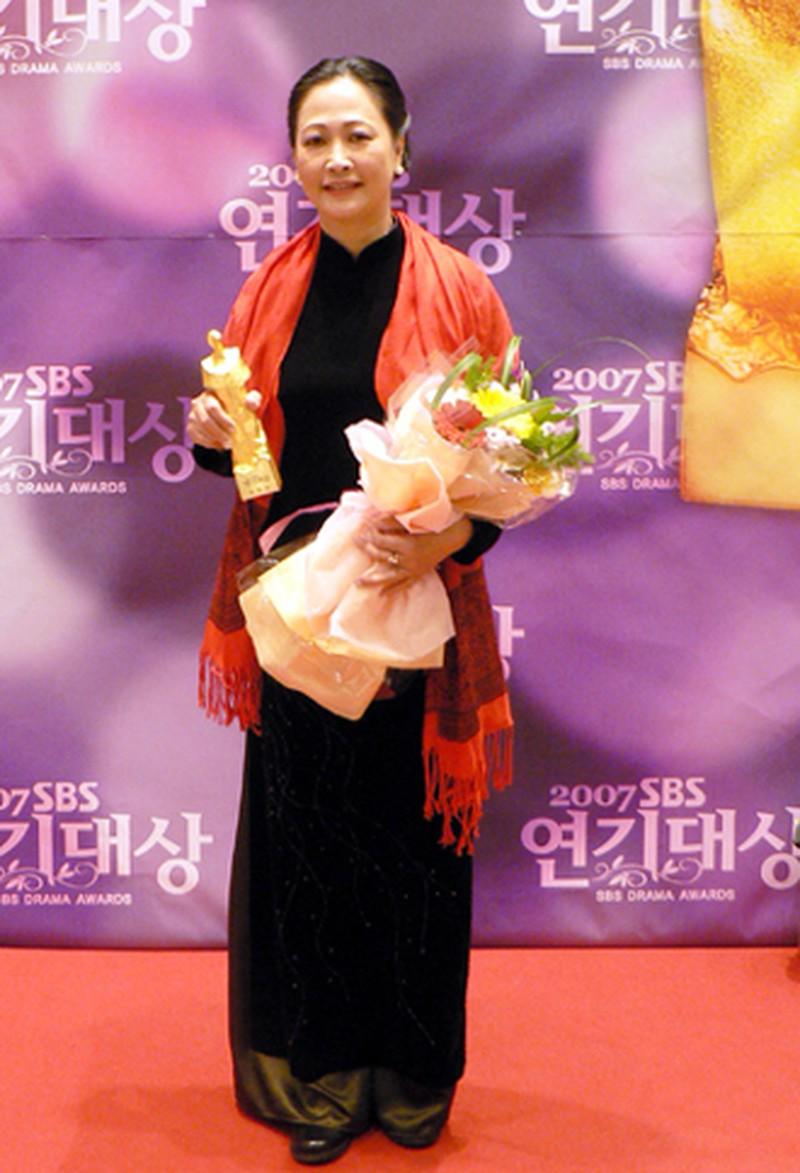 NSND Như Quỳnh nhận giải thưởng đặc biệt của kênh SBS.
