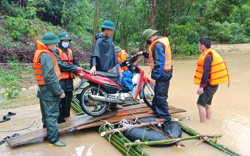 Bộ đội sử dụng bè tự chế đưa người dân quá khỏi khu vực bị ngập
