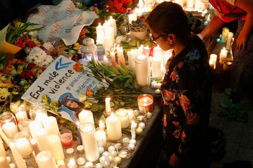 Hàng trăm người tưởng nhớ Sabina Nessa, một giáo viên đã bị sát hại ở Quảng trường Pegler, London,