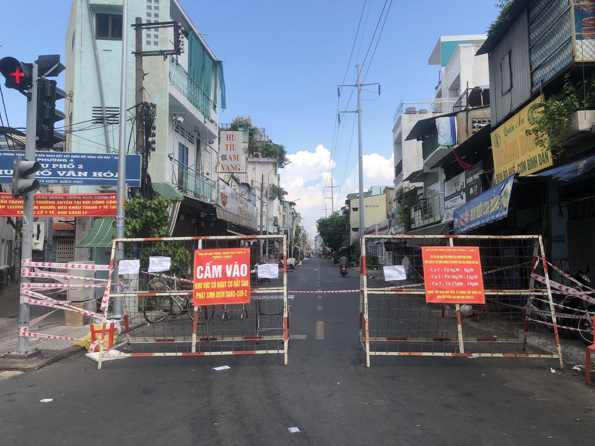 Rào chắn trên đường phố TPHCM. Ảnh: Quốc Ngọc