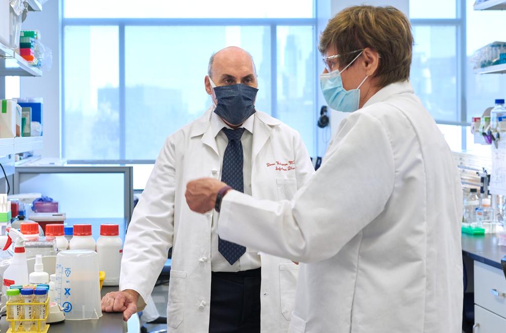 Ông Drew Weissman và bà Katalin Karikó là những đồng nghiệp cùng hoạt động nghiên cứu tại Đại học Pennsylvania - Ảnh: Penn Medicine