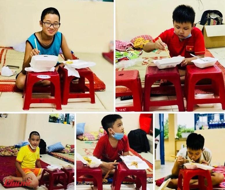 Sau gần 4 ngày sống trong khu cách ly tập trung tại Trường Tiểu học Trường tiểu học số 1 Hương Chữ  các em học sinh đã quen với cuộc sống tự lập và xa bố mẹ, ai cũng khen thức ăn ngon miệng