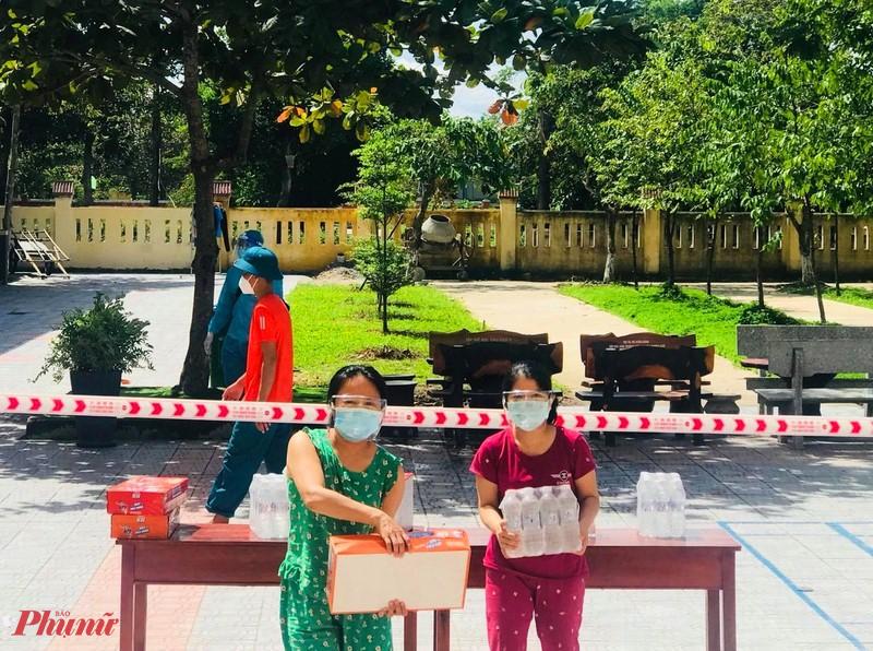 Nhiều bà con trong phường Hương Chữ Thị xã Hương Trà (Thừa Thiên- Huế) cũng 'tiếp sức' sữa, nước cho cả cô lẫn trò