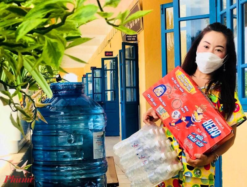 """Cô Tường Vân (Giáo viên trường THCS Lê Quang Tiến) chia sẻ: """"Được lãnh đạo phòng giáo dục, đồng nghiệp cũng như người thân thường xuyên hỏi thăm, động viên nên tâm lý mình đã lạc quan. Giờ chỉ lo cho các em ăn ngon, ngủ kỹ và mọi người bình an là đủ""""."""