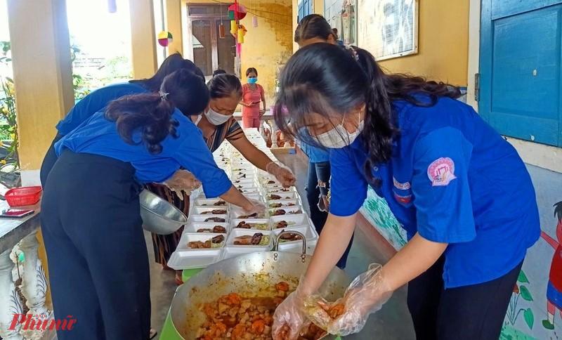 Để giúp đỡ các học sinh và cô giáo đang ở Khu cách ly, hàng ngày lực lượng thanh niên tình nguyện túc trực chuẩn bị thức ăn phục vụ cho cả cô và trò