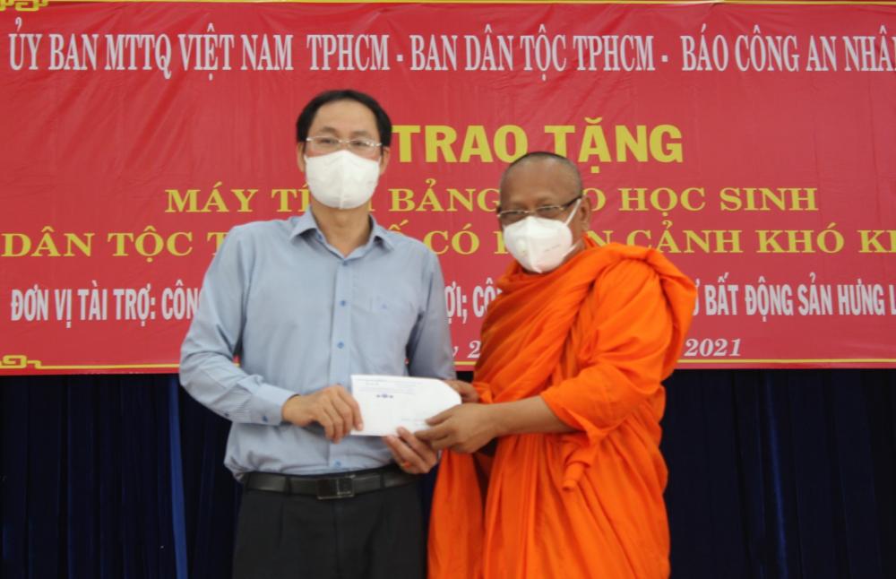 Dịp này, sư Danh Lung, trụ trì Chùa Chantarangsay (một ngôi chùa Khmer tại quận 3) cũng ủng hộ Ủy ban MTTQ Việt Nam TPHCM 20 triệu đồng.