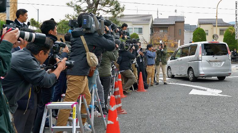 Một chiếc ô tô chở Chisako Kakehi rời đồn cảnh sát vào ngày 20/11/2014 ở Muko - Ảnh: Asahi Shimbun