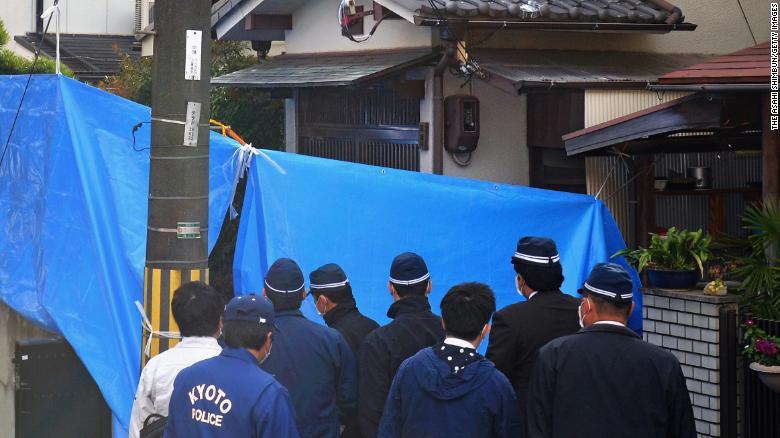 Ngày 20/11/2014, cơ quan điều tra khám xét căn nhà nơi Chisako sống chung với người chồng quá cố Isao Kakehi ở Muko - Ảnh: Asahi Shimbun