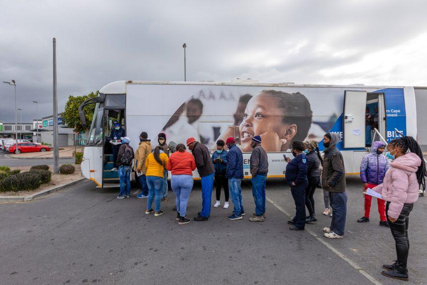 Người dân xếp hàng chờ tiêm vắc xin Covid-19 ở Cape Town, Nam Phi vào ngày 26 tháng 8 năm 2021.