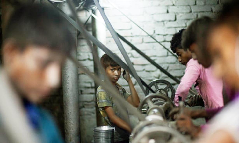 Trẻ em làm việc trong nhà máy sản xuất nồi nhôm ở Dhaka, Bangladesh.  Có tới 85 triệu trẻ em làm những công việc độc hại trên khắp thế giới - ẢNH: GETTY