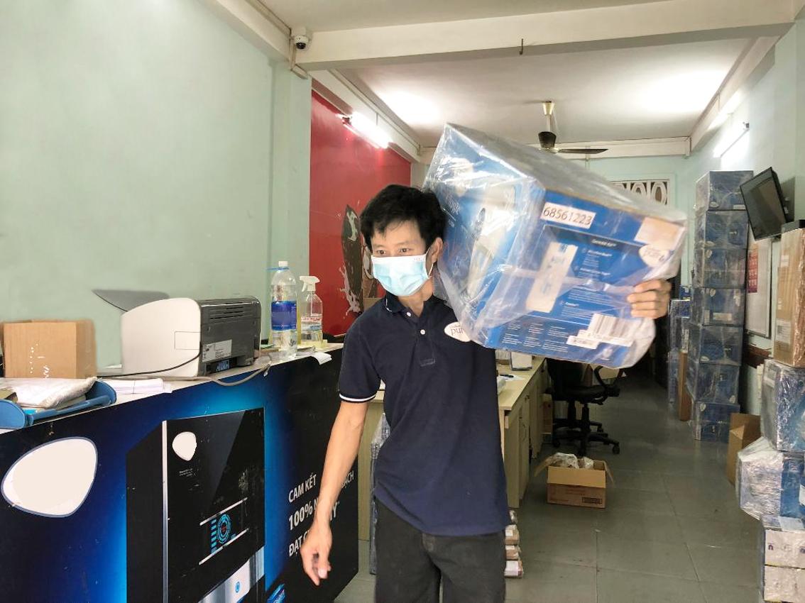 """Từ 20 nhân công, nay Công ty TNHH Thương mại Đầu tư Mai Thanh (chuyên phân phối máy lọc nước gia đình, Q.10, TP.HCM) chỉ còn lại một người """"ba tại chỗ"""" - ẢNH: QUỐC NGỌC"""