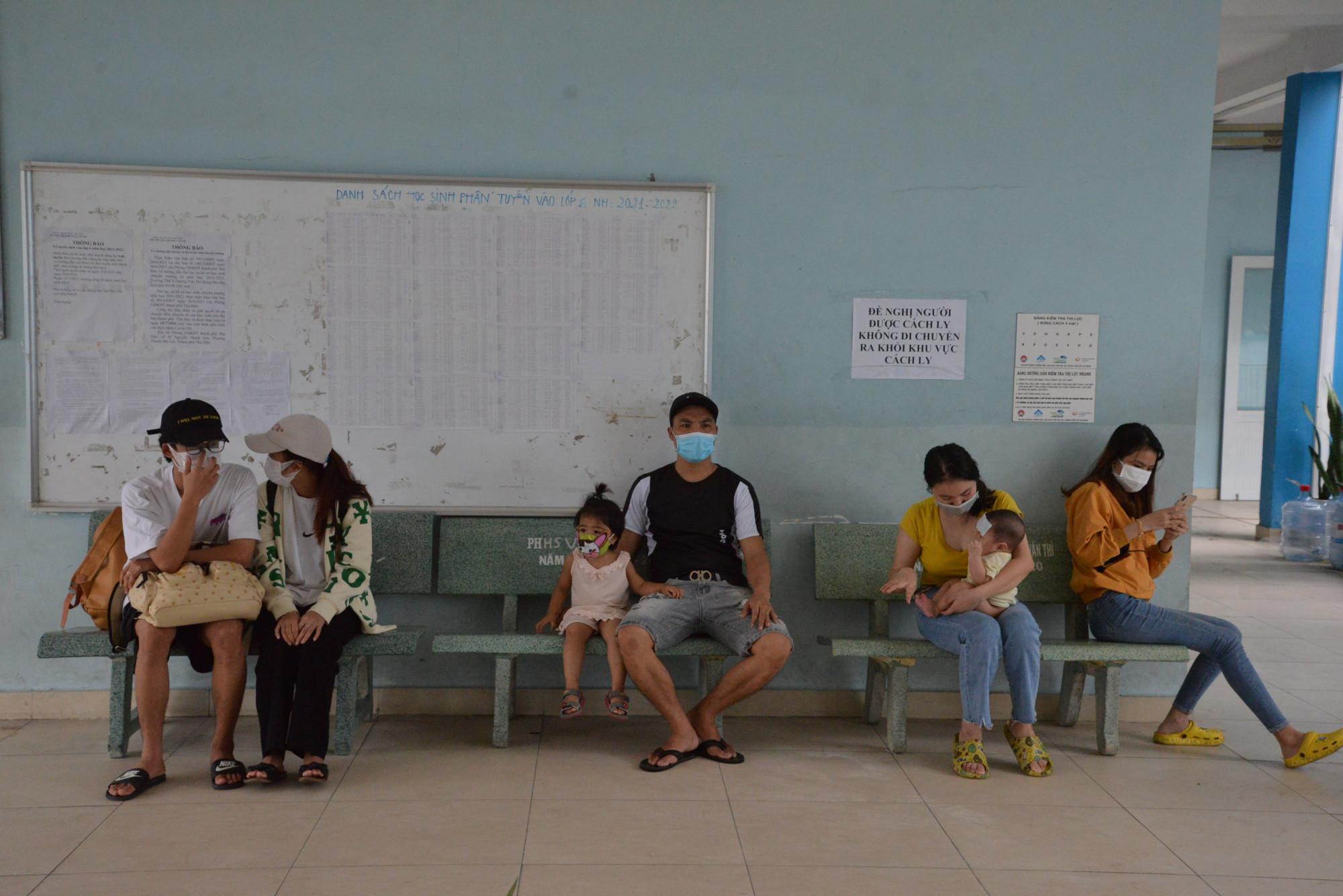 Những bệnh nhân COVID-19 được phát hiện tại cộng đồng được đưa vào khu cách ly tạm ở phường xã trước khi được đưa sang bệnh viện dã chiến. Ảnh: Hiếu Nguyễn