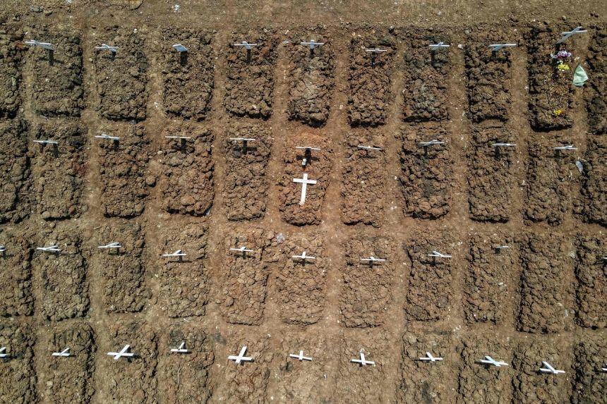 Mộ của các nạn nhân Covid-19 trong một nghĩa trang ở Jakarta vào ngày 4 tháng 8 năm 2021.
