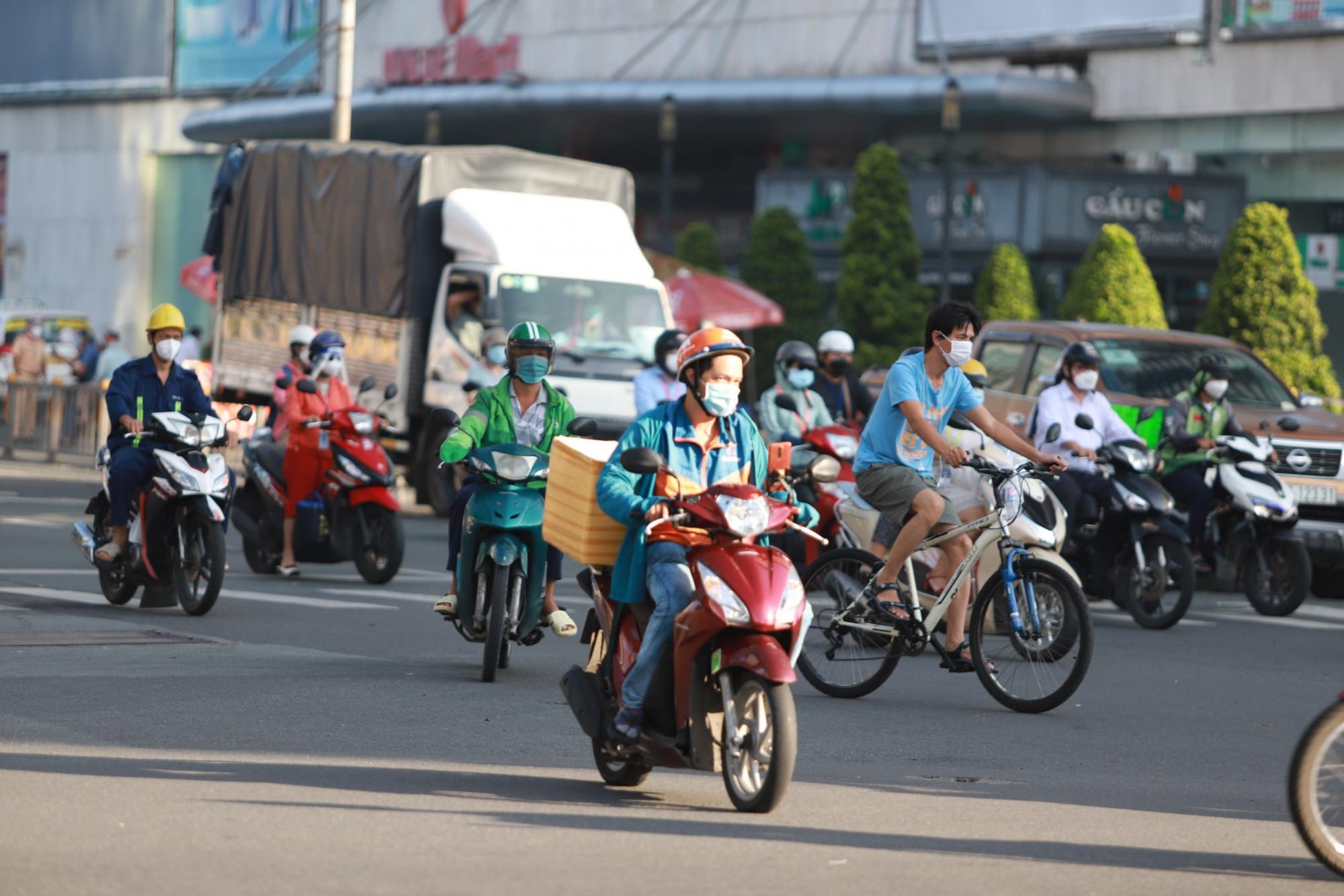 Xe cộ lưu thông nhộn nhịp tại đoạn vòng xoay Dân Chủ - đường Ba Tháng Hai