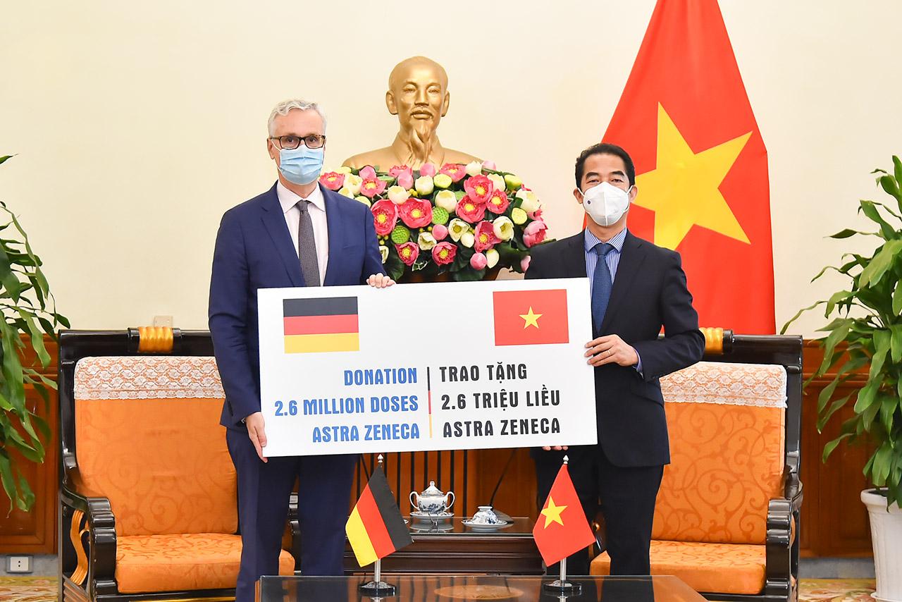 Thứ trưởng Bộ Ngoại giao Tô Anh Dũng nhận khoản hỗ trợ gồm 2,6 triệu liều vắc xin ngừa COVID-19 từ Đại sứ Đức Guido Hildner - Ảnh: BNG