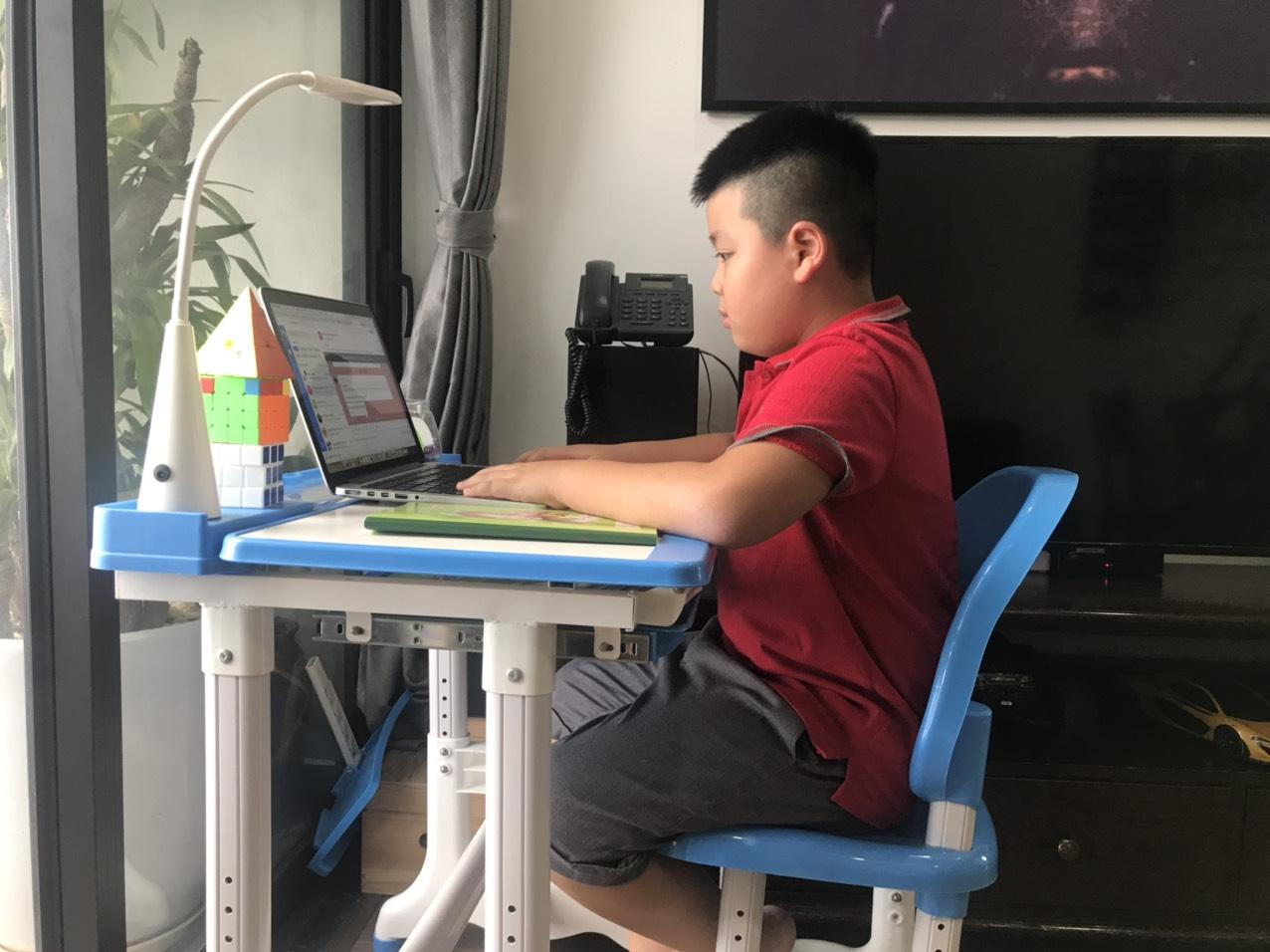 """Hà Nội tiếp tục việc dạy và học bằng hình thức trực tuyến. Thường xuyên sử dụng kho học liệu điện tử nhằm đáp ứng mục tiêu """"Tạm dừng đến trường, không dừng việc học""""."""