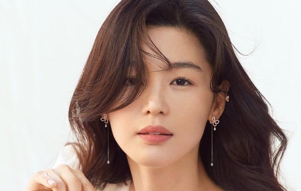 Xả tóc bằng nước lạnh sau khi gội đầu xong: Ngoài việc chú ý đến bước gội đầu 2 lần, Jeon Ji Hyun cũng bật mí cô sẽ xả tóc bằng nước lạnh sau khi gội đầu để làm co lại lớp biểu bì của tóc, nhờ vậy mà chân tóc xe khít hơn, sợi tóc chắc chắn hơn. Việc này tưởng đơn giản nhưng giảm thiểu tình trạng tóc rụng cực kỳ hiệu nghiệm. Mái tóc nhanh chóng lấy lại trạng thái mềm mại và mượt mà.