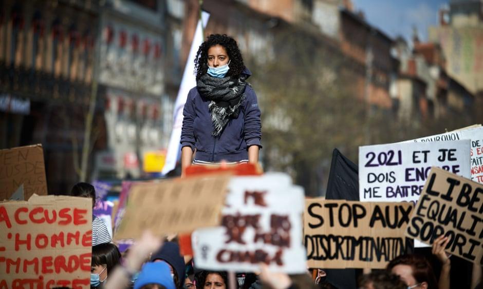 Phụ nữ phản đối bạo lực giới trong cuộc biểu tình ở Toulouse, Pháp. Ảnh: Shutterstock