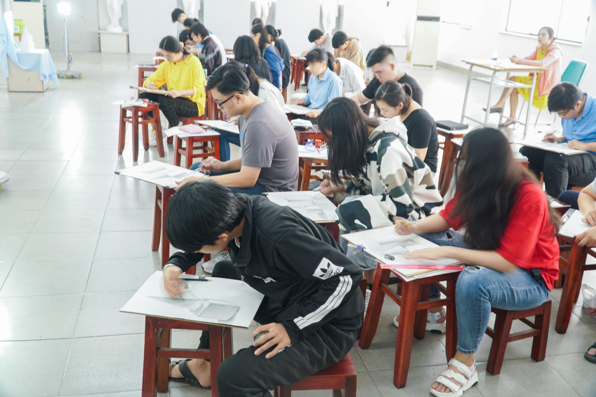 Sinh viên nhiều trường đại học, cao đẳng sẽ khó quay lại học tập trung