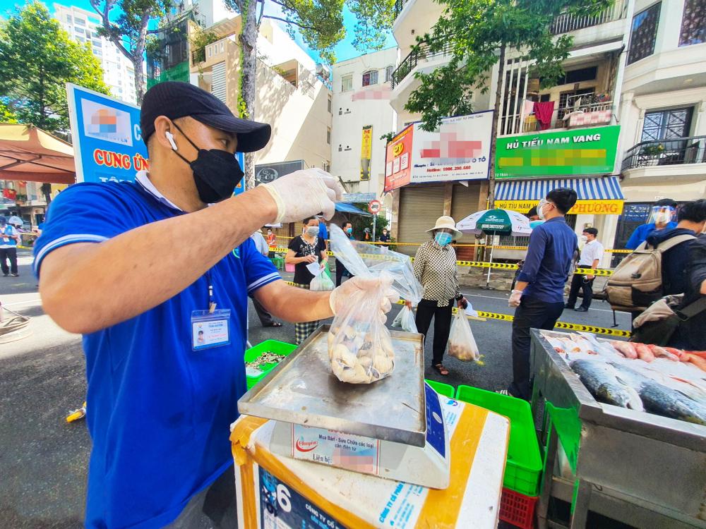 Chợ lưu động được tổ chức đảm bảo an toàn phòng dịch tại P.3, Q.5 - ẢNH: TAM NGUYÊN