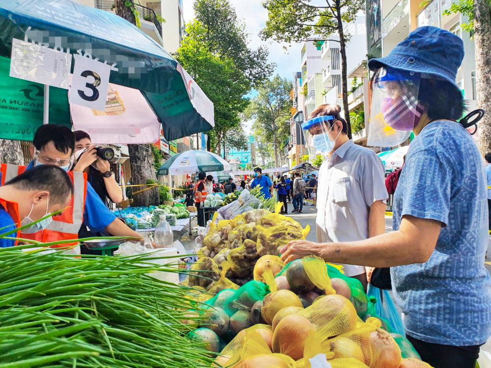 Người dân quận 5 trực tiếp đi chợ tại khu chợ dã chiến sau nhiều tuần ở yên trong nhà
