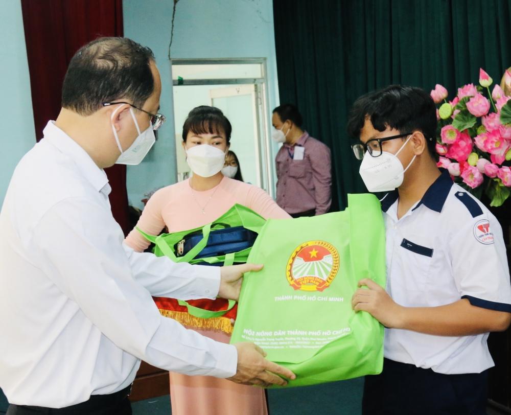 Phó Bí thư Thành ủy TPHCM Nguyễn Hồ Hải trao học bổng Lương Định Của cho học sinh là con hội viên nông dân có hoàn cảnh khó khăn. Ảnh: Tường Lam.
