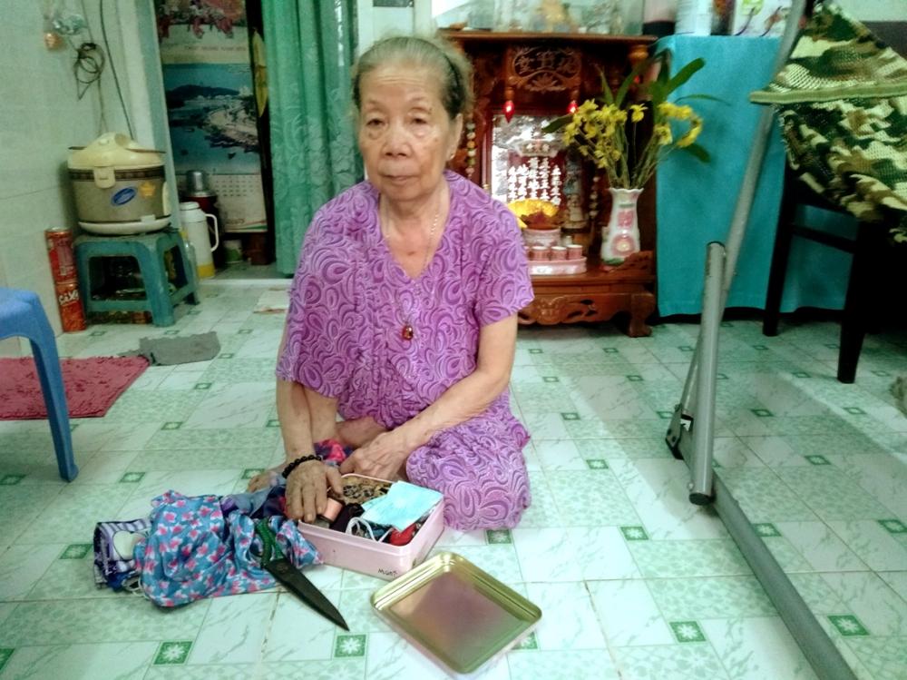 Bà Chẩn ngồi thẫn thờ khi nghĩ về con gái và tuổi già bơ vơ
