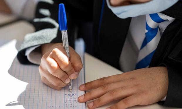 12% học sinh Anh tiếp tục báo cáo các triệu chứng sau khi mắc COVID-19 4 tuần.