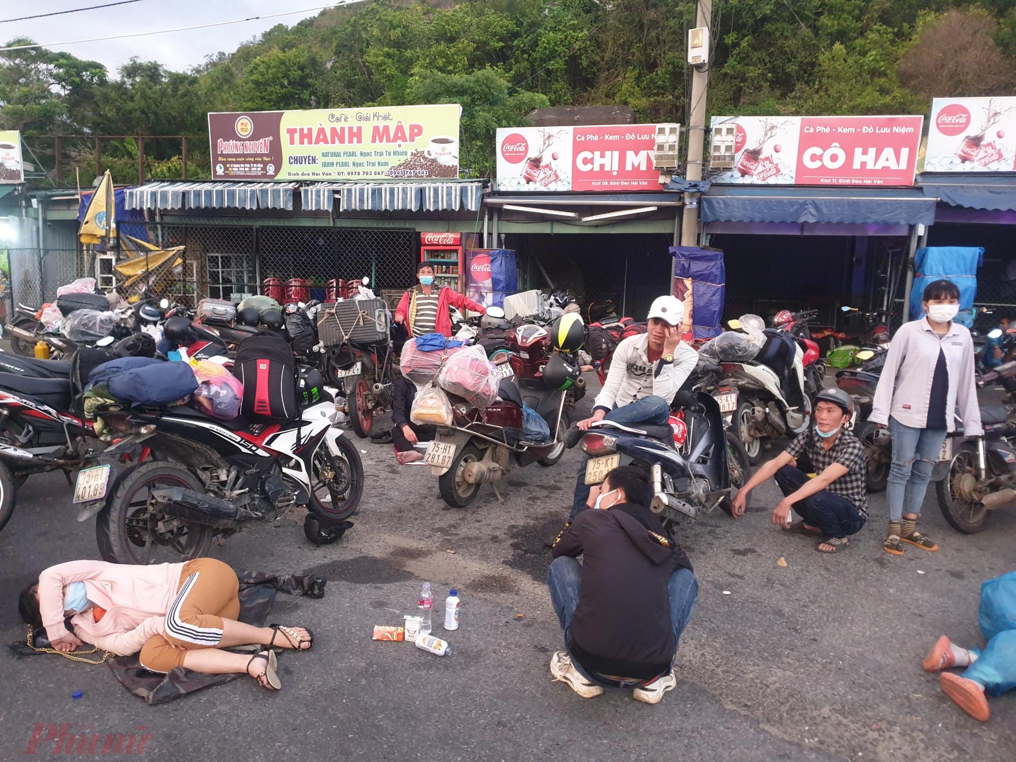 Người dân tự chạy xe máy về quê tránh dịch