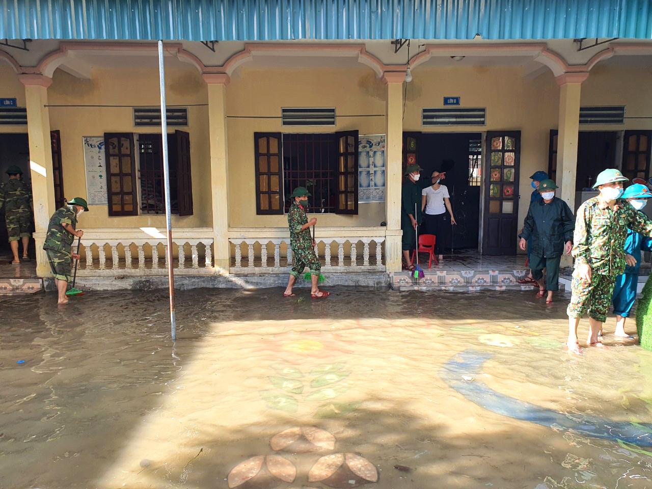 Ông Trần Xuân Nhương - Trưởng Phòng GD-ĐT huyện Quỳnh Lưu cho biết, học sinh trên địa bàn huyện này bắt đầu quay lại học trực tiếp từ hôm thứ 2 (27/9). Tuy nhiên, do đợt mưa lũ những ngày qua đã khiến nhiều trường học bị ngập sâu nên hơn 6.100 học sinh ở các xã vùng thấp trũng, ngập lụt phải nghỉ học.